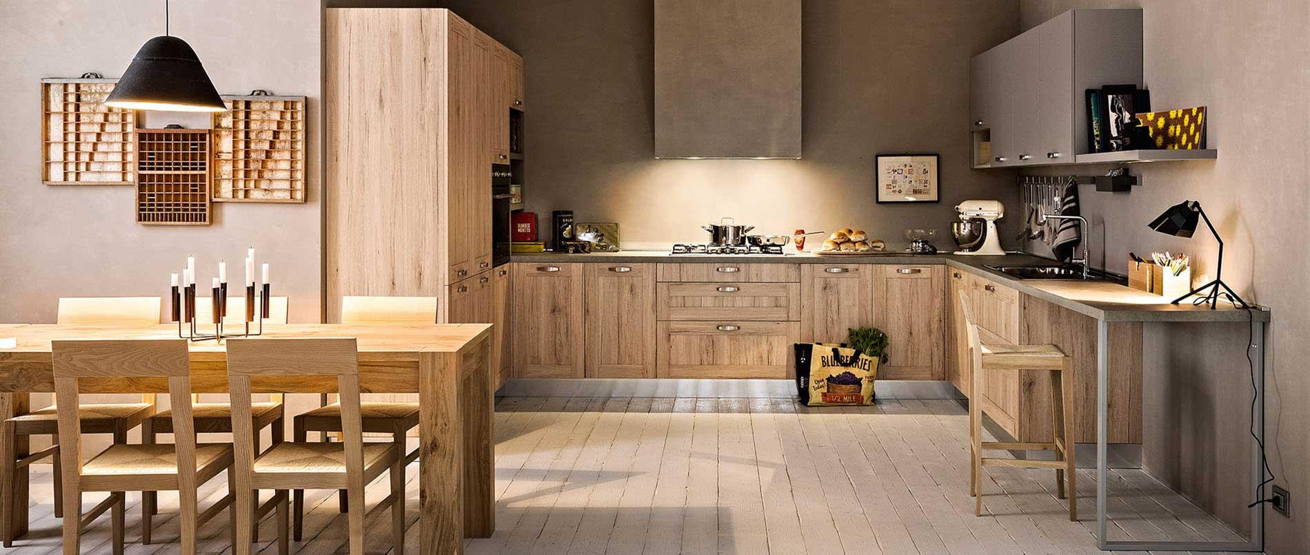 Cuisine moderne et chaleureuse avec un esprit loft et urbain par le choix des matières brutes et de son espace de travail. Façades effet chêne naturel et plan de travail effet béton.