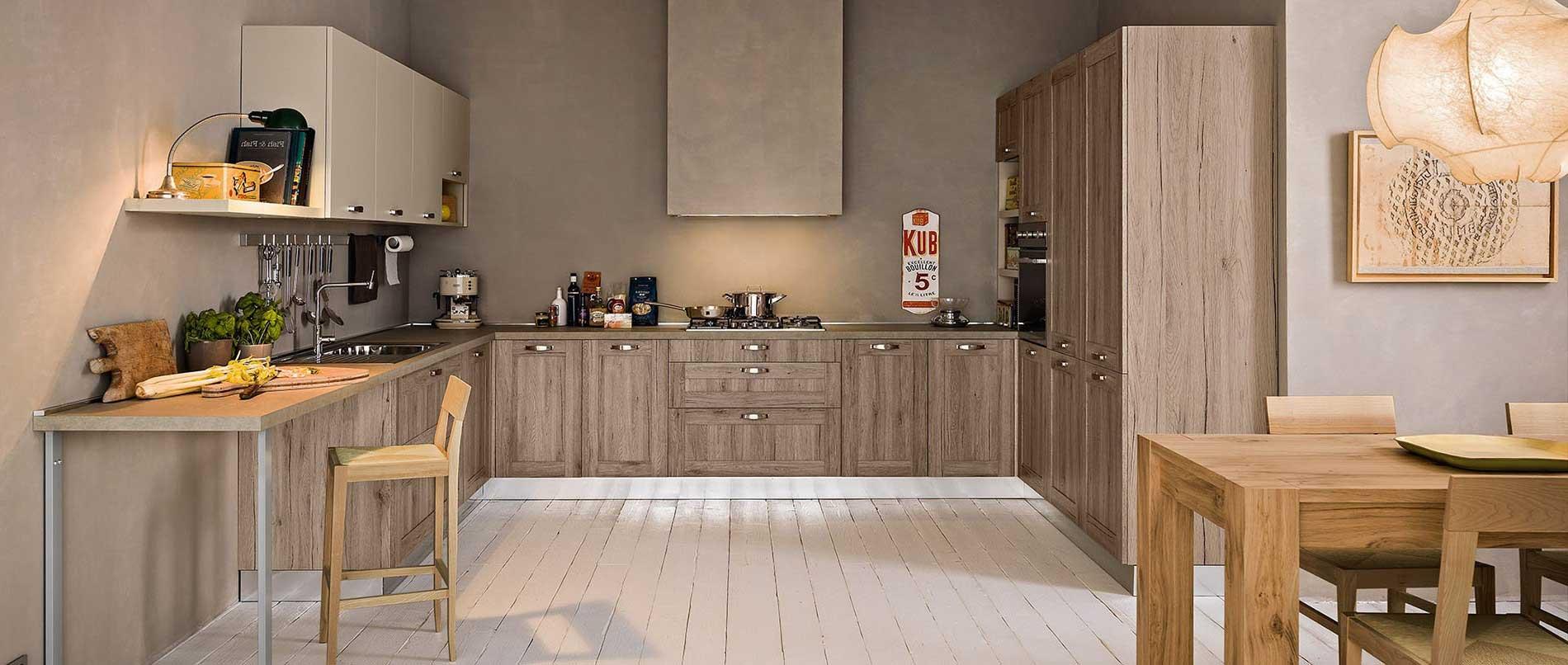 Cuisine moderne et chaleureuse avec un esprit loft et urbain par le choix des matières brutes et de son espace de travail. Façades effet chêne bronze.