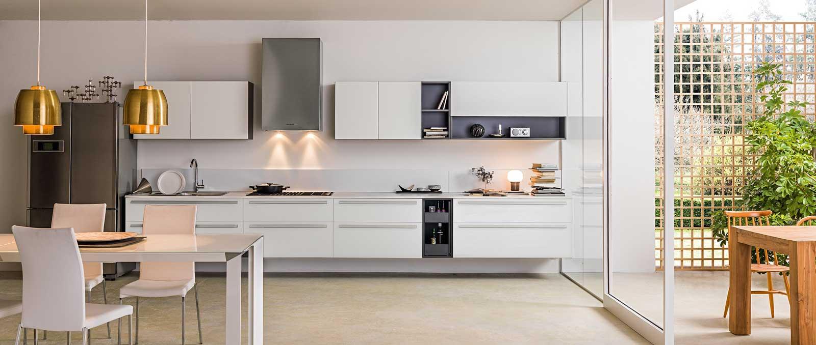 Conception et fonctionnalités réfléchies pour une cuisine moderne qui va droit à l'essentiel, claire et ergonomique. Façades blanc mat.