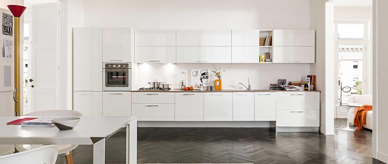 Liberté de conception totale, cuisine puriste, éléments suspendus ou posés au sol, cette cuisine propose une solution pour chaque cadre de vie de manière fonctionnelle et esthétique.