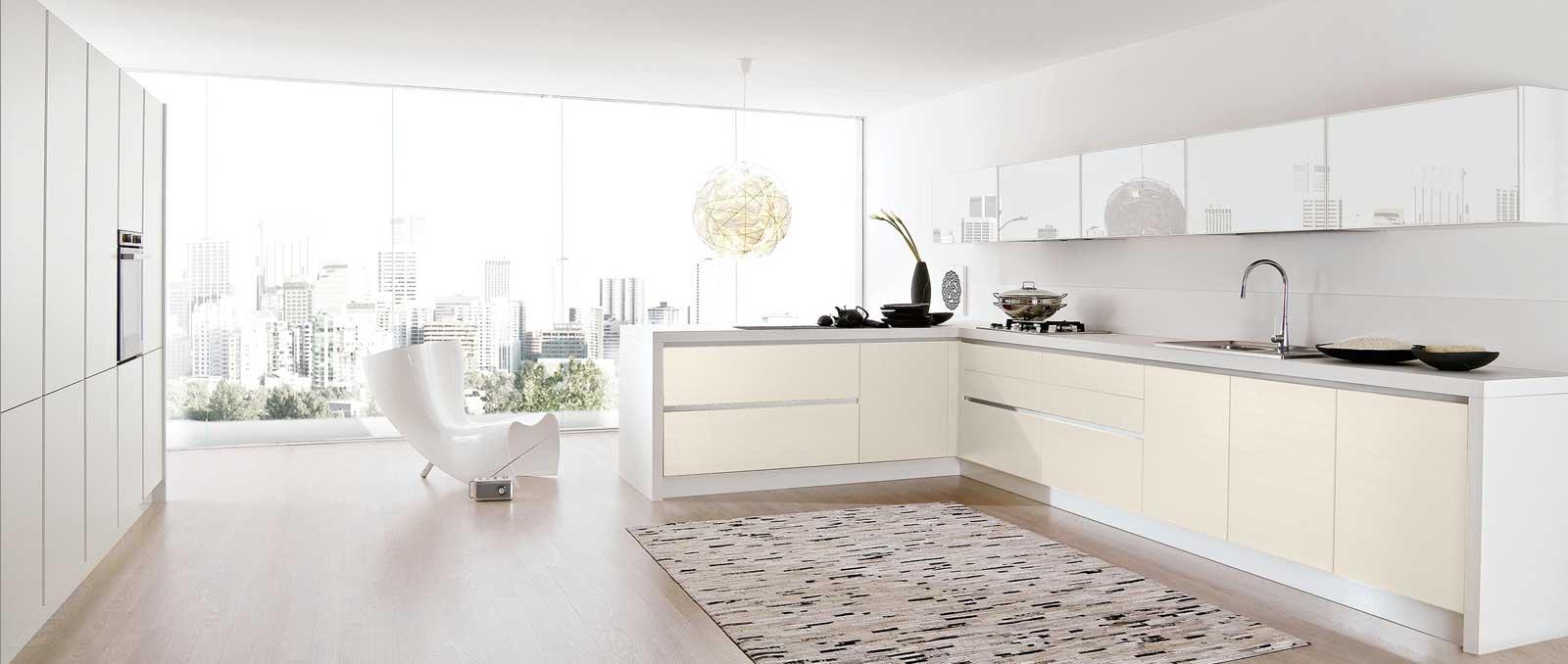 Cuisine minimaliste et fonctionnelle qui se concentre sur l'essentiel jusque dans le moindre détail avec son jeu de couleur ivoire et blanc.