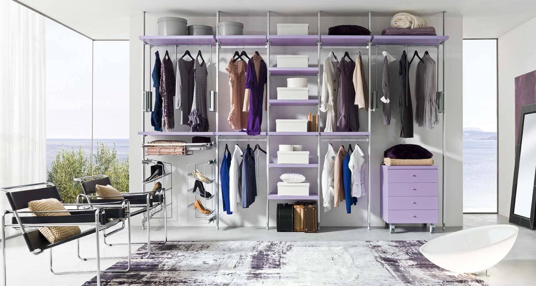 Dressing METAL Un système à montants en aluminium anodisé avec fixage au plafond ou au mur.