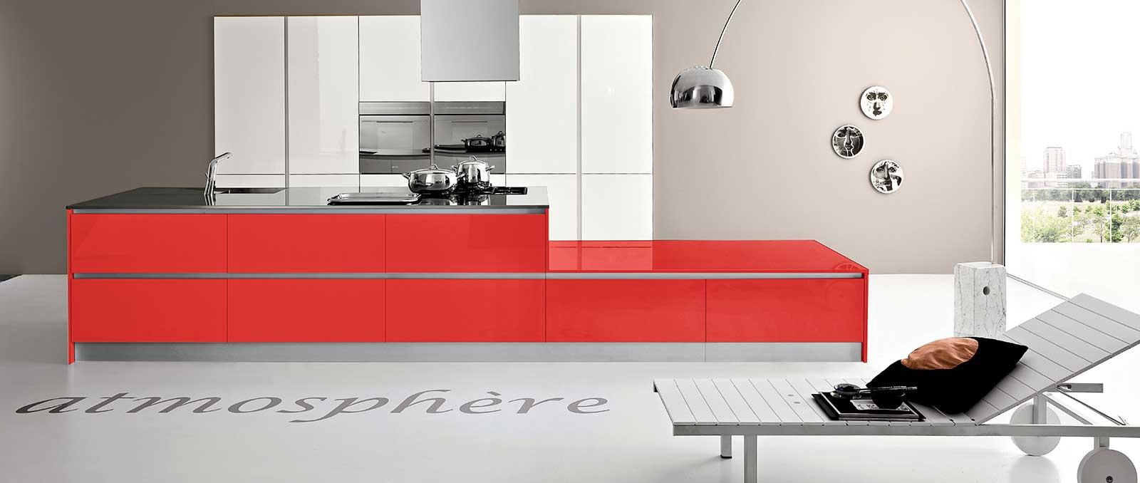 L'utilisation et l'association des couleurs laque rouge et blanc et des matériaux répond aux exigences de l'architecture moderne de la cuisine actuelle.