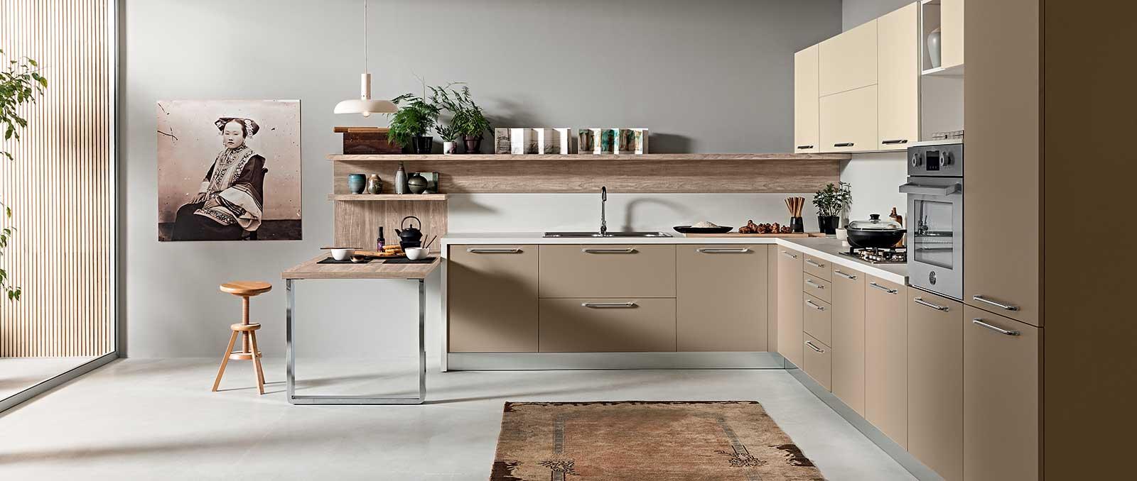 D'inspiration cuisine du monde en laque mate aux couleurs douces et naturelles en association avec étagères en structuré bois cette cuisine inspire le voyage.