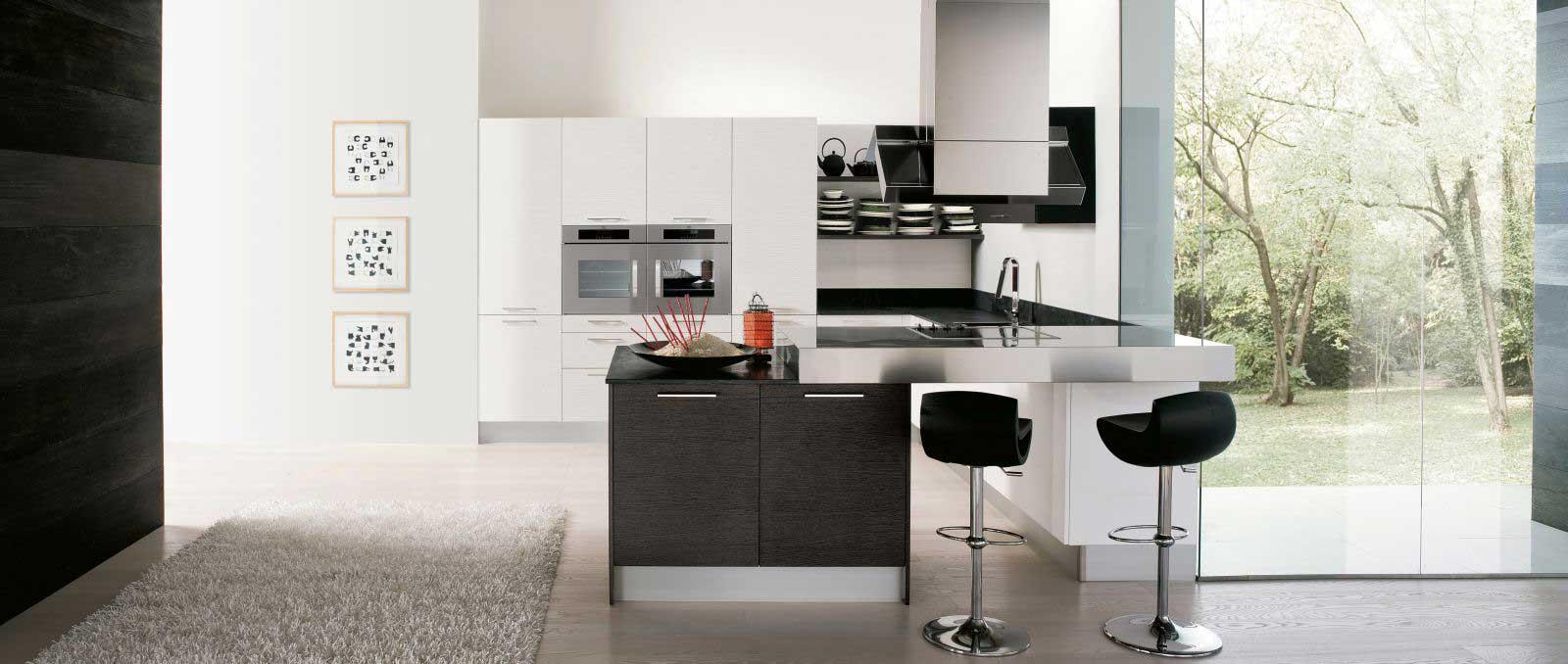 Dans un design contemporain, cette cuisine joue sur les matières, les couleurs, les épaisseurs de plan de travail, et l'implantation ergonomique.