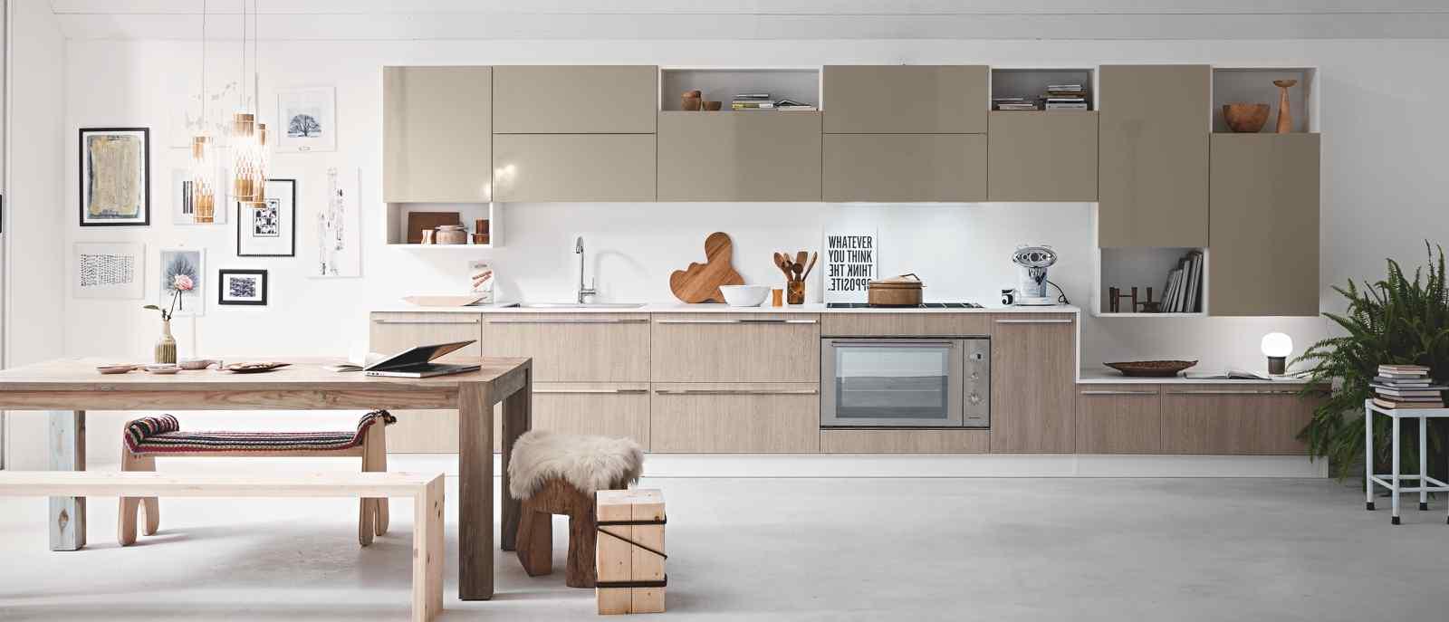 De style scandinave cette cuisine équipée aux lignes horizontales et verticales, au doux mélange de bois chêne clair rayé, gris tourterelle et blanc brillant, exprime modernité et tendance