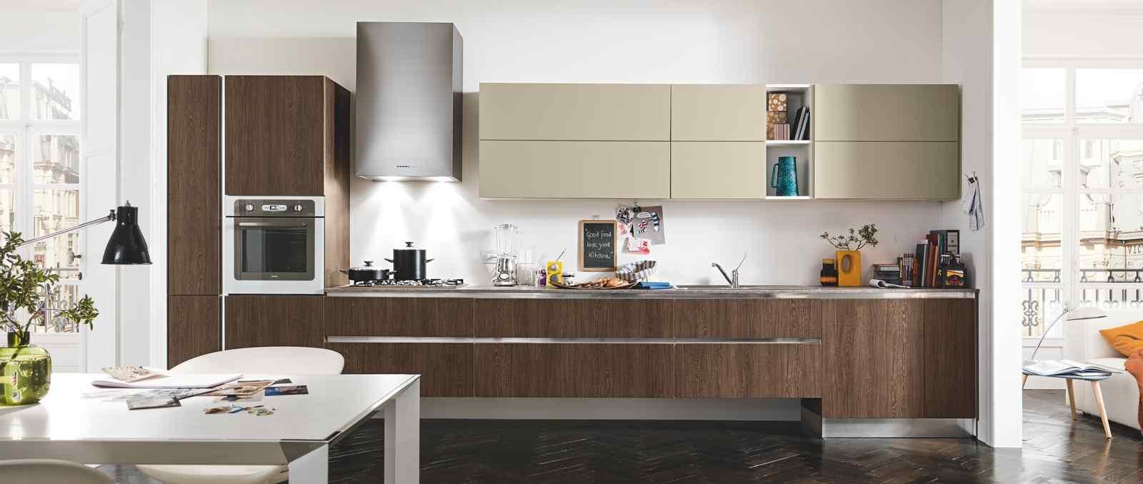 De style appartement parisien cette cuisine mélange des façades effet chêne foncé et sable mat avec un coté très graphique.