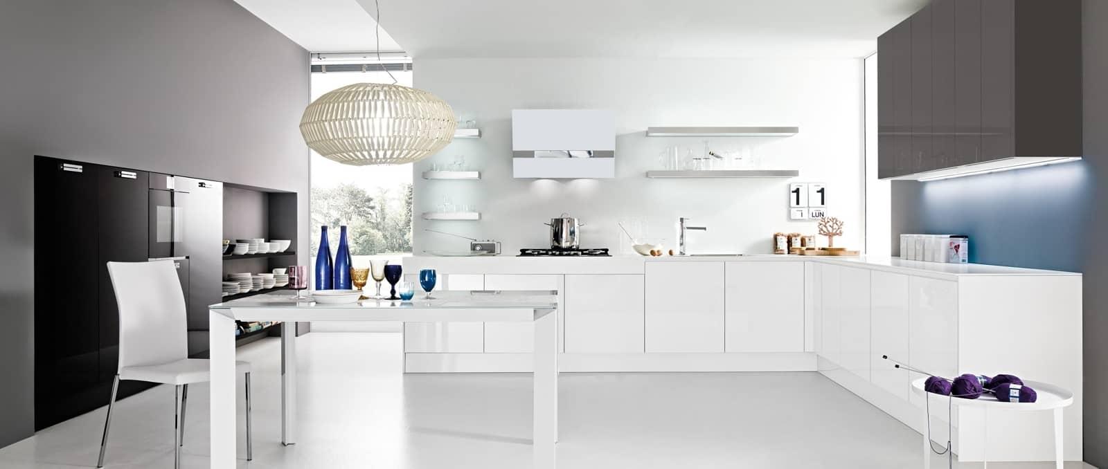 Cuisine en L, épurée et design, avec jeu de lumière sous les tablettes, mélange de meubles avec et sans poignée. Le classicisme revisité.