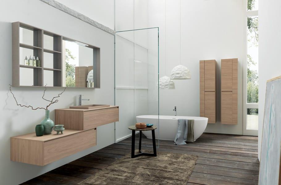 Miroirs, récipients en verre, les éviers, les coordonnées des baignoires, hauts, armoires murales de remplacement de pièces fermées et jour. Conçu pour composer et répondre à tous les besoins de façon rationnelle.