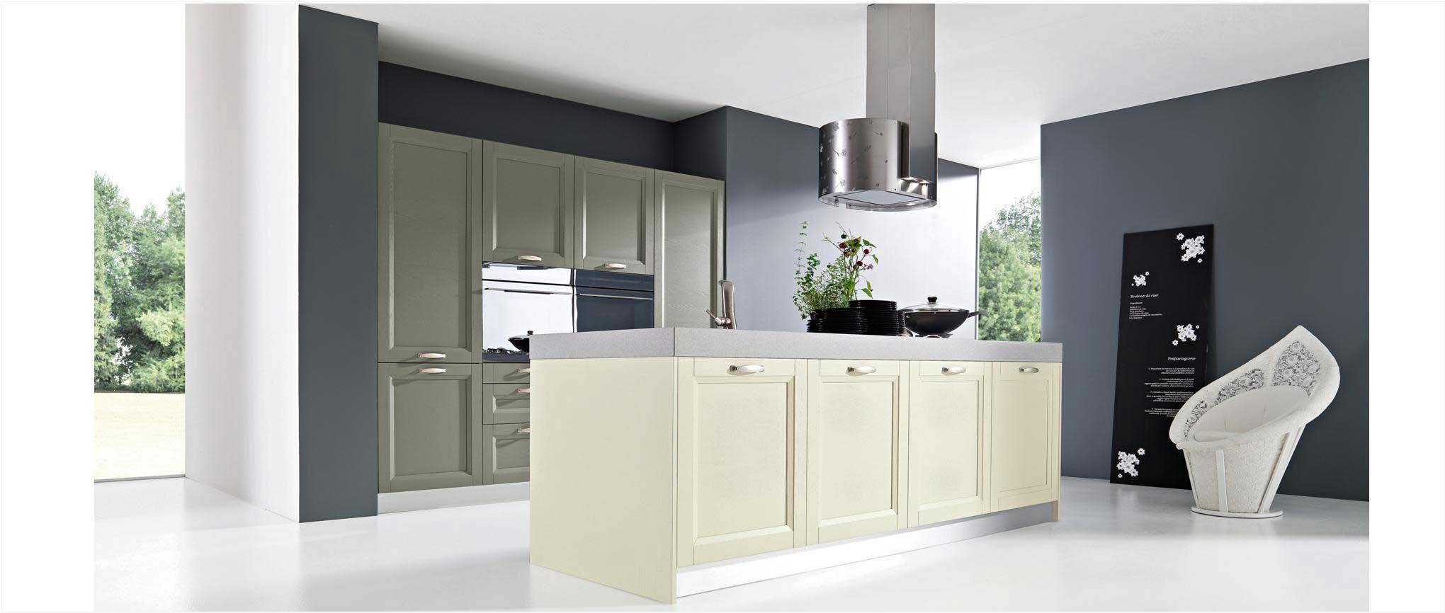 Cuisine ouverte et tendance, dans la tradition anglaise, avec îlot central, armoire intégrées et meubles de living.