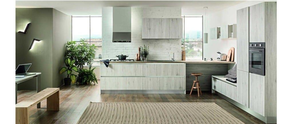 La magie du bois est l'empreinte de cette cuisine d'inspiration minimaliste ouverte sur la pièce à vivre. Façades chêne blanc.